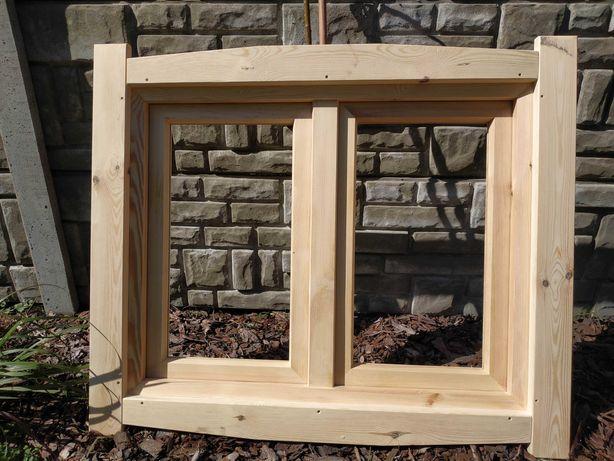 Okno drewniane, dwuskrzydłowe, opaski, mosiężne klamki.