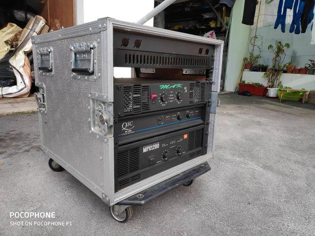 amplificadores em flight case som profissional de palco