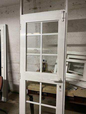 Vendo 2 portas Uma em PVC outra em auminium