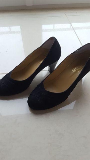 Sapatos de salto alto de camurça