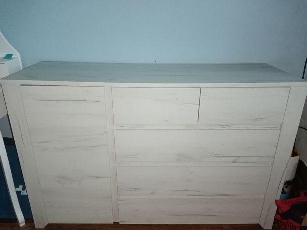 Biała komoda drewniana