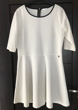 Biała sukienka ze skórzaną lamówką