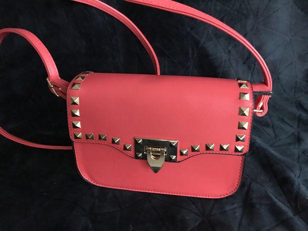 Mala czerwona torebka na ramie cwieki