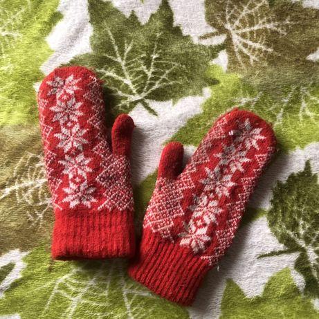 Красные варежки тёплые вязанные