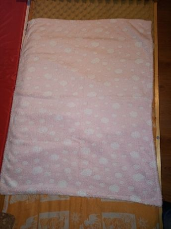 Różowy w białe chmurki kocyk