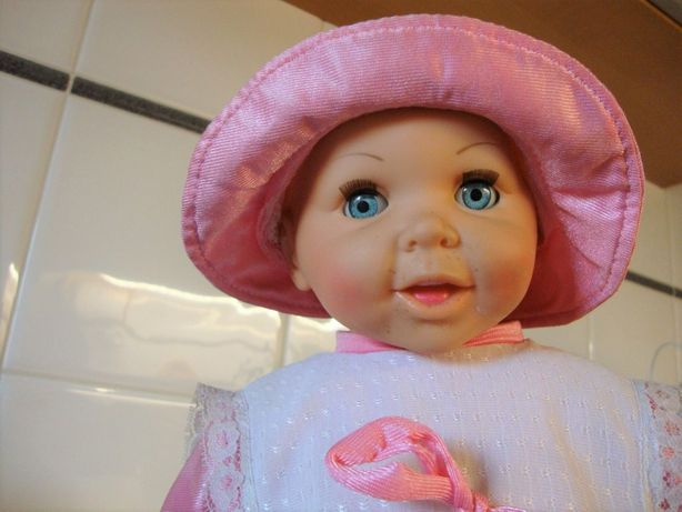 Boneca com roupa cor-de-rosa