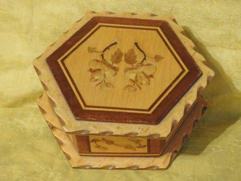 Śliczna stara drewniana szkatułka.