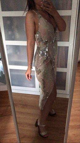 cekinowa suknia z odkrytymi plecami