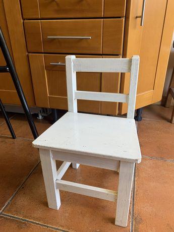 Cadeira de crianca de madeira