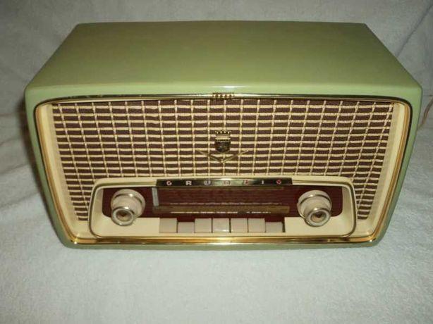 Rádio antigo Grundig com FM a válvulas, restaurado