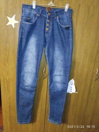 Продам женские джинсы бойфренды 25р(если в обтяжку 26,27р) в отл сос