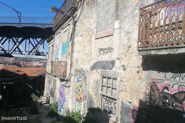 Prédio para reabilitar Junto à ponte D Luís