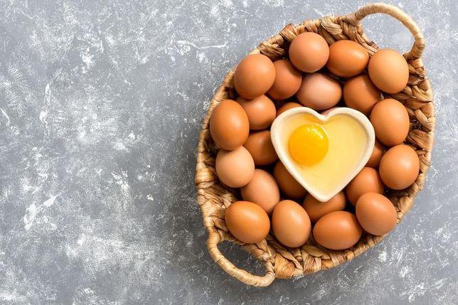 Jajka wiejskie w różnych wielkościach