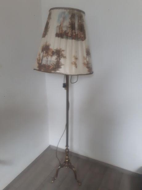 Mosiężna lampa stojąca.