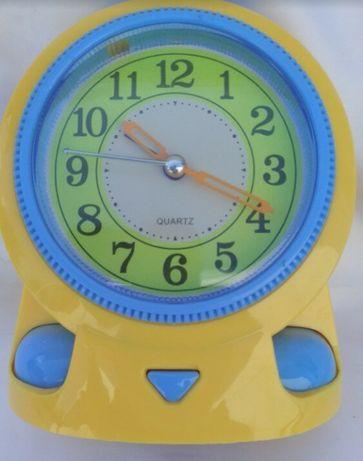 Детские настольные часы-будильник.