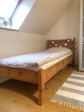 Drewniane łóżko z materacem