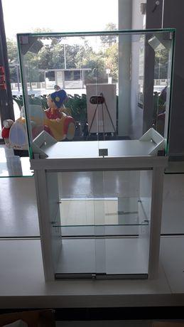 Cubos em vidro com portas e fechaduras em cima de estante com vitrine