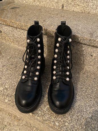 Vendo botas estilo militar com perolas