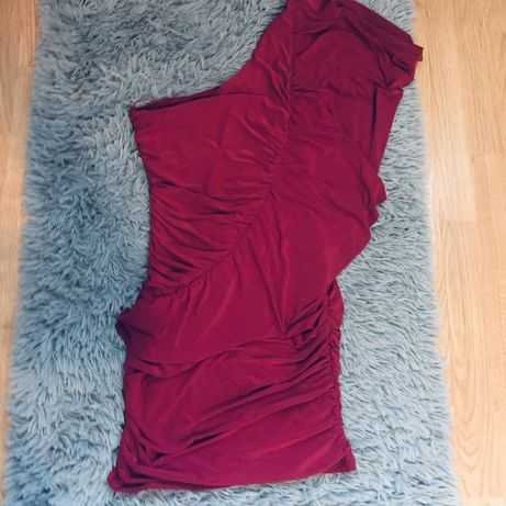 Obcisła sukienka na jedno ramie