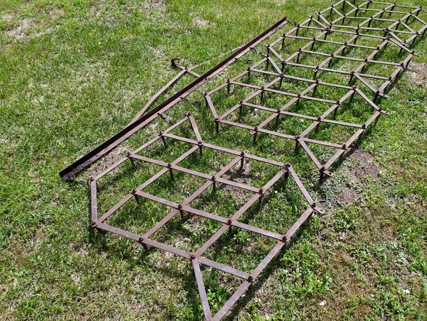 Zabytkowe maszyny rolne: brony,plug, kultywator, znacznik