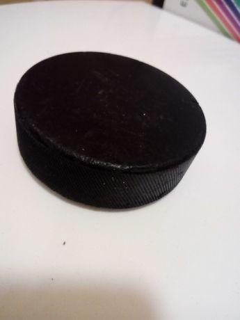 gumowy krążek do hokeja na lodzie