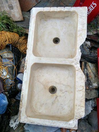 Lavatório muito antigo, com duas pias em mármore .