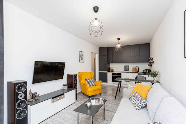 Sprzedam mieszkanie z 2 balkonami, dużą garderobą i domowym biurem!