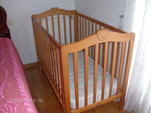 Cama de grades de bebé em madeira