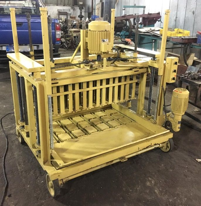 Máquina de fazer blocos manual Briteiros Santo Estêvão E Donim - imagem 1