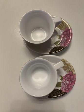 Duas chavenas de cafe com pires