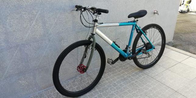 Bicicleta montanha em alumínio.