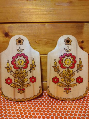 Deski drewniane malowane.