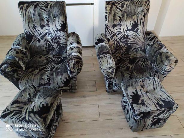 Zestaw mebli wersalka dwa fotele i pufy