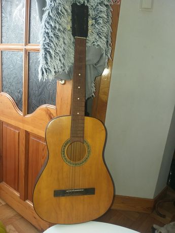 Bardzo stara gitara z sygnaturą