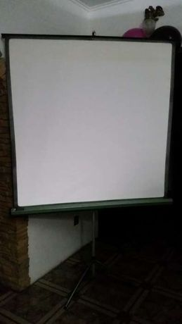 Ekrany projekcyjne AMBASSADOR stojące na trójnogu