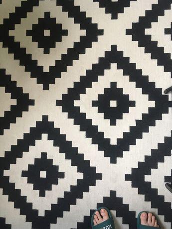 Czarnobiały dywan