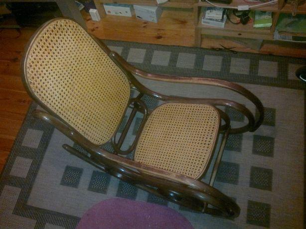 Drewniany fotel bujany, wyplatany