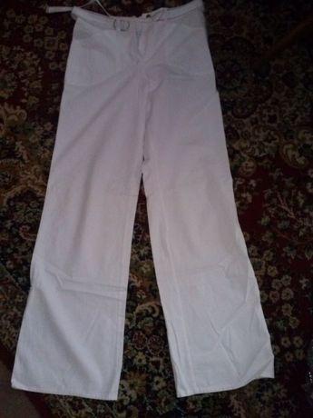 Spodnie damskie jasne, 22 szt. różne rozm, po 10 zł/szt.