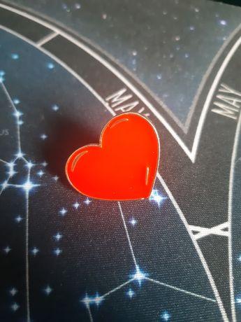 Serduszko pin up broszka klasyczne serce metalowa walentynki