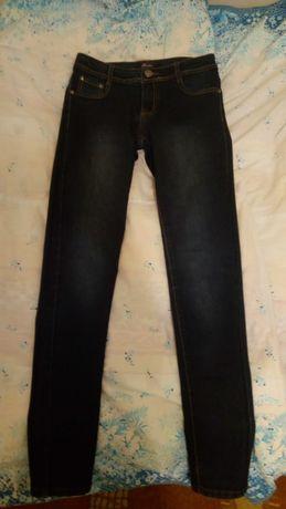 Ciemnogranatowe jeansy z przetarciami