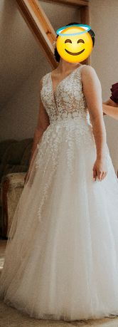 Piękna nowoczesna suknia ślubna w kwiaty