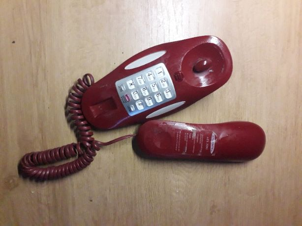 czerwony telefon na ścianę