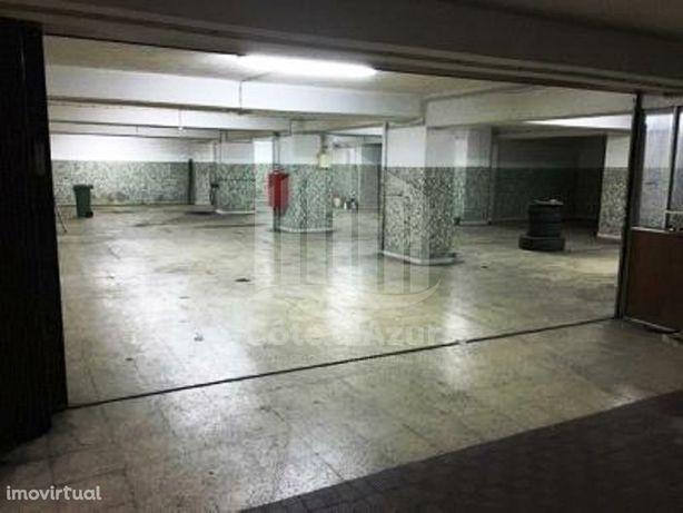 Garagem na Avenida Columbano Bordalo Pinheiro, em Lisboa.