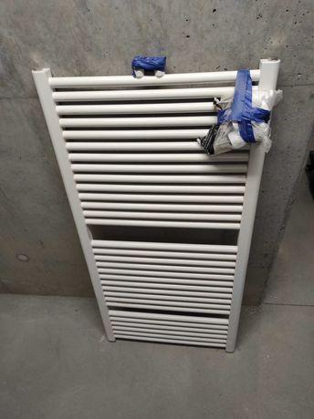 Grzejnik łazienkowy z głowicą i zestawem montażowym