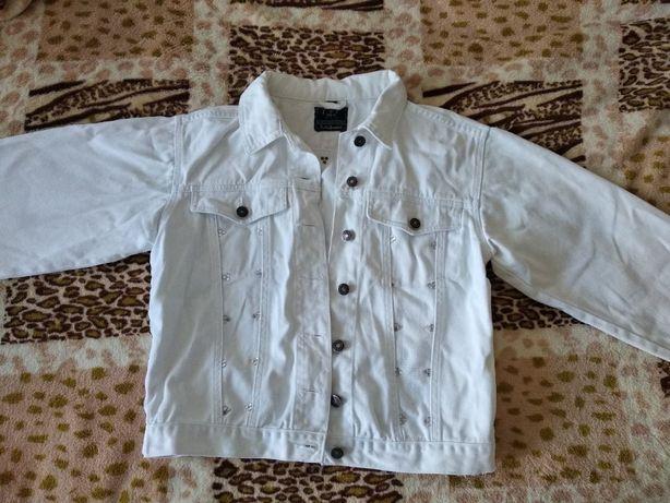 Продам белую джинсовую куртку