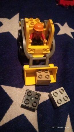 LEGO экскаватор и человечек.