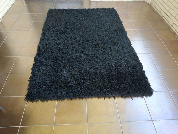 Carpete preta grande e média