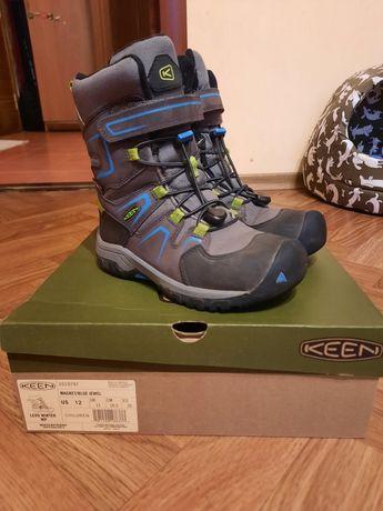 Теплые зимние ботинки на мальчика фирма Keen в идеальном состоянии