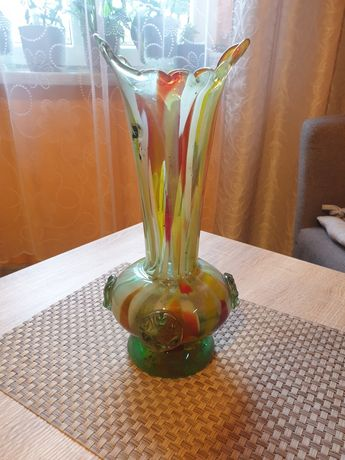 Piękny wazon z kolorowego szkła
