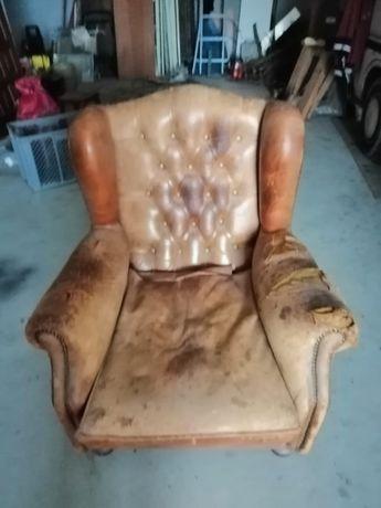 Expetecular sofá em pele precisa de restauro